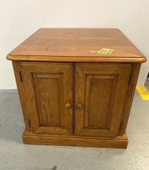 Oak end table with 2 doors